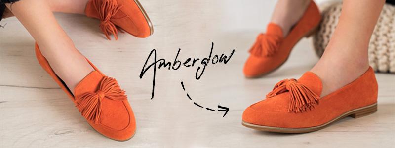 Модная осенняя обувь, мокасины янтарного цвета, то есть сияющего оранжевого цвета.