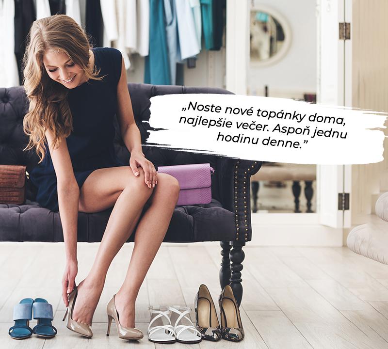 žena meranie nových vysokých podpätkov na gauči