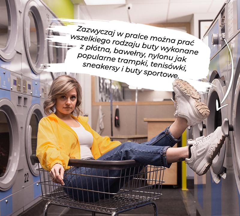 dziewczyna w pralni siedząca w wózku sklepowym w sneakersach na stopach