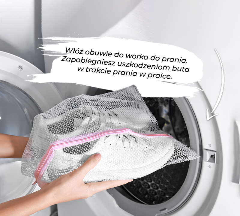 обувь в мешке для белья, готовая к стирке в стиральной машине